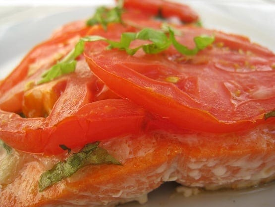 grilled salmon with tomatoes and basil